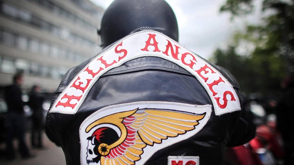Ein Mitglied der Rockergruppe Hells Angels nimmt an einem Protestkorso teil