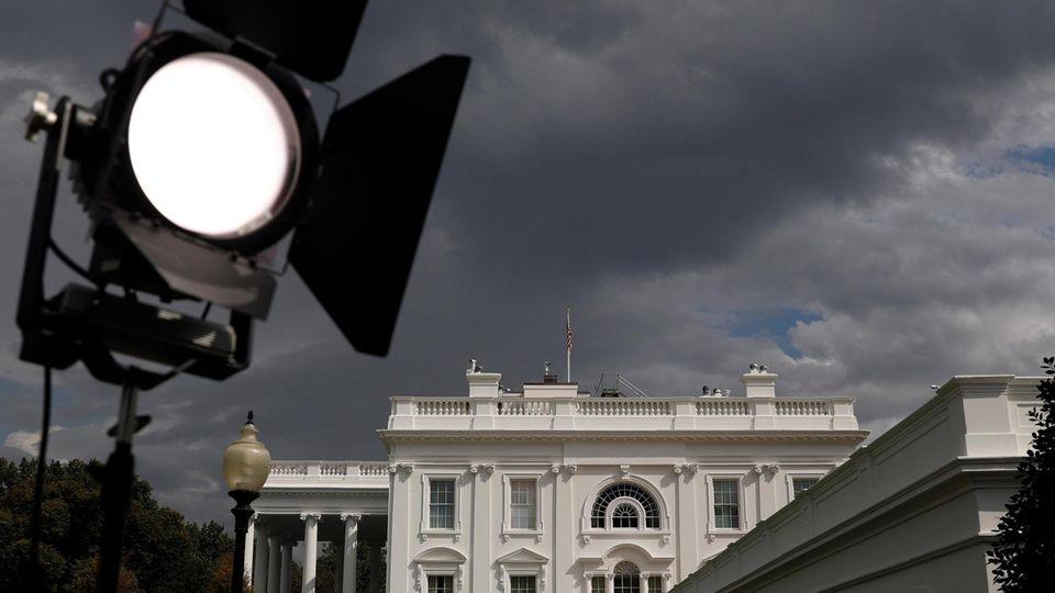 Das Weiße Haus bei bewölktem Himmel