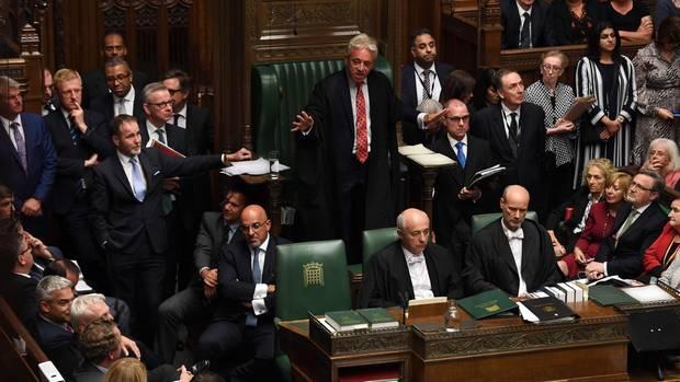 John Bercow mit einer beruhigenden Geste in Richtung der Abgeordneten im Parlament