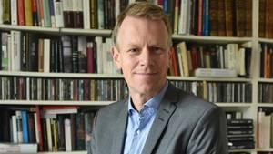 Frank Bösch im Porträt vor einem Bücherregal