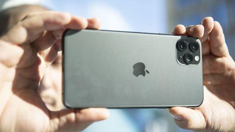 Ein Mann fotografiert mit dem iPhone11