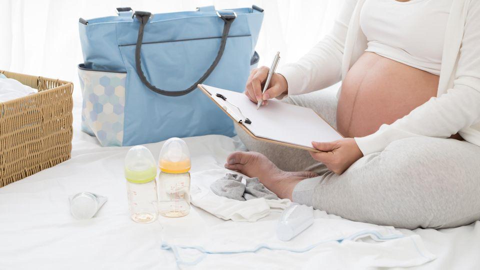 Pränatale schwangere Frau und Checkliste für Baby-Planung