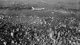 DC-4 von KLM über Manhattan