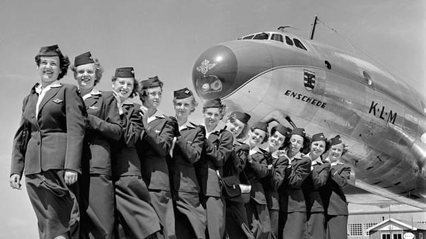Besatzung vor dem Bug einer Lockheed Constellation