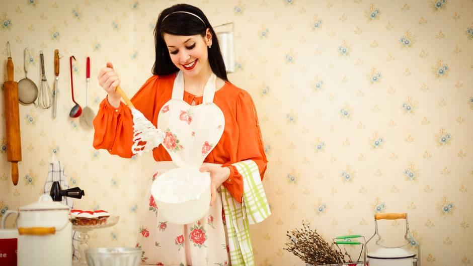 Eine Frau bereitet einen Kuchenteig zu