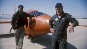 """Chuck Yeager neben dem Schauspieler Sam Shepard, der den Flieger in """"Der Stoff aus dem die Helden sind"""" spielte, vor der """"Glamorous Glennis"""" - der Maschine mit der Yeager 1947 die Schallmauer durchbrach."""