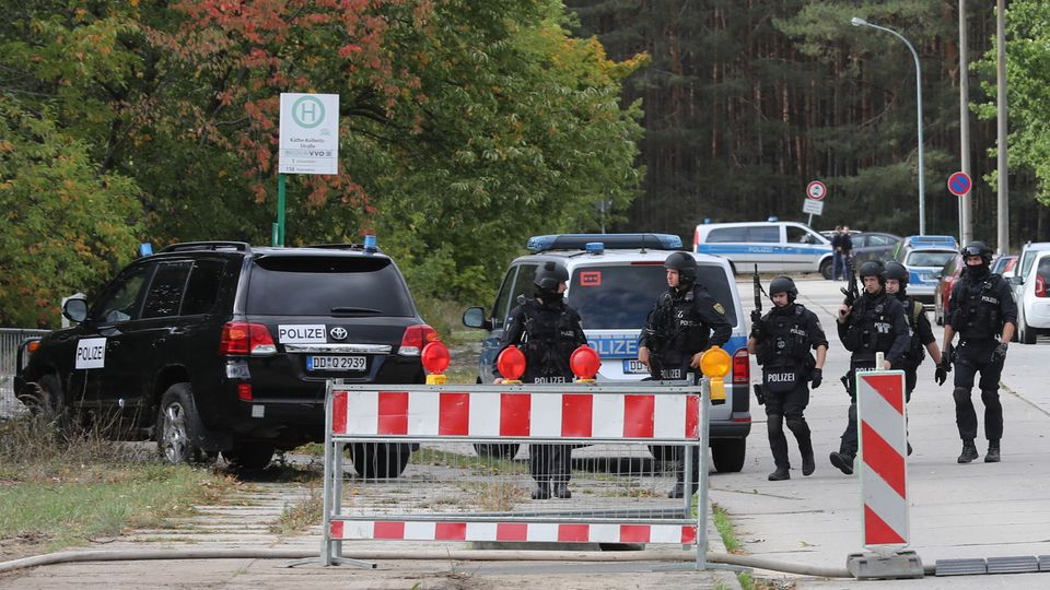 Einsatzkräfte der Polizei sind in der Nähe eines Berufsschulzentrums imEinsatz