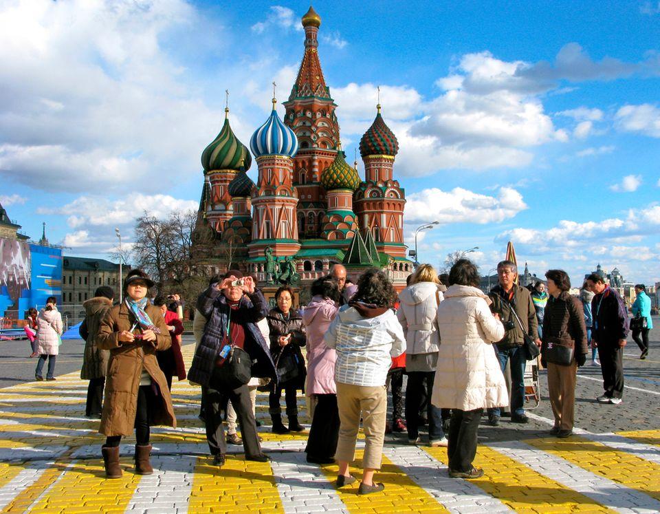 Chinesische Touristen auf dem Roten Platz in Moskau
