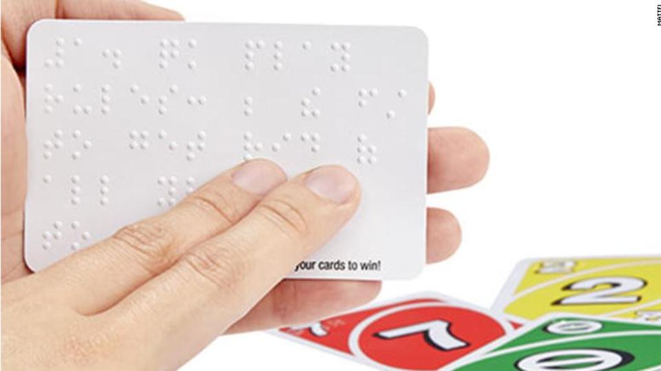 Eine UNO-Spielkarte mit Braille-Schrift