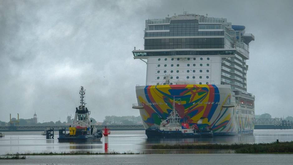 """Emsabwärts RichtungNordsee: 333 Meter lang und 20 Decks hoch ist die """"Norwegian Encore"""", das vierte Schiff der Breakaway-Plus-Klasse von derReederei Norwegian Cruise Line."""