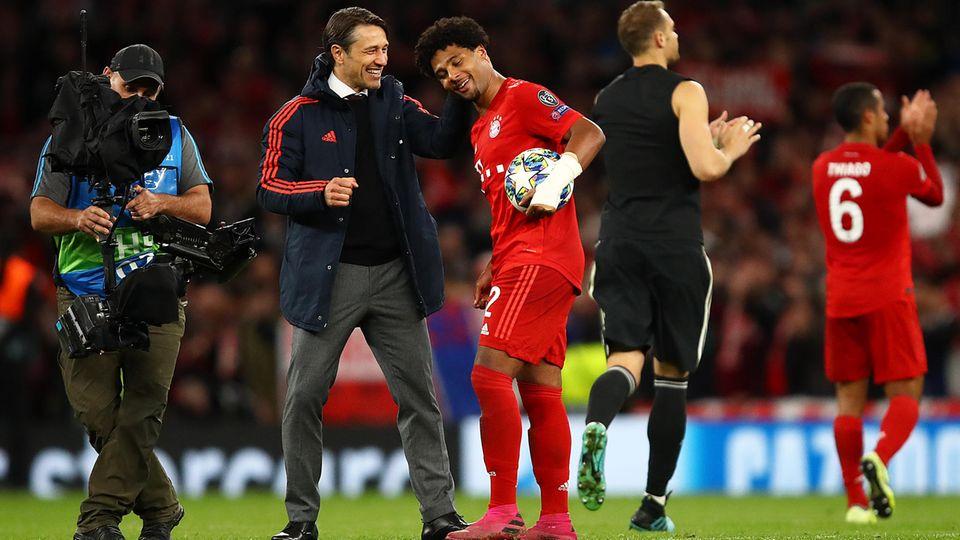 Bayern-Trainer Niko Kovac gratuliert Serge Gnabry, seinembesten Spieler an diesem denkwürdigen Abend in London