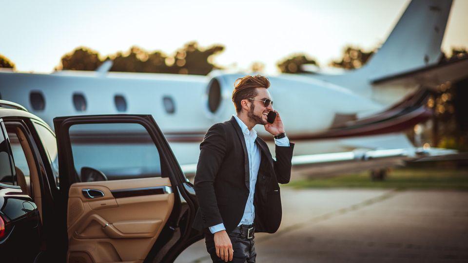 Junger Millionär am Flughafen