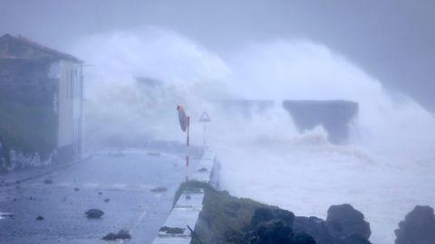Hurrikan Lorenzo - Hohe Wellen am Ufer von Horta auf der Azoreninsel Faial