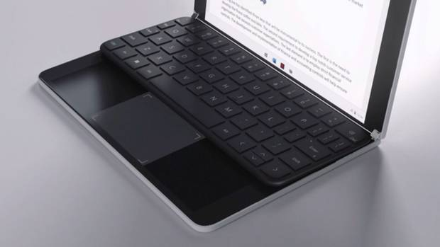 Das Surface Neo erlaubt mit seiner Tastatur hohe Flexibilität und lässt den unteren Bildschirm etwa zum Mauspad werden. Schiebt man sie an den unteren Rand, kann am oberen Randeine Emoji-Tastatur oder auch andere Inhalte wie Videos oder Webseiten dargestellt werden.