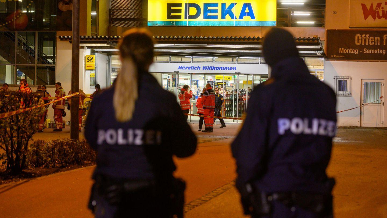 Polizisten vor dem Supermarkt, vor dem am Mittwochabend die tödlichen Schüsse fielen