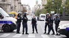 Nach der Messerattacke in Paris sind Polizeikräfte vor Ort