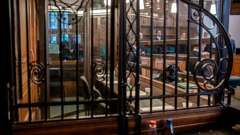 Leere Anklagebänke sind in einem Verhandlungssaal des Kriminalgerichts in Moabit zu sehen