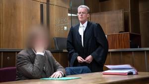 Im Prozess hat die Angeklagte, begleitet von ihrem AnwaltHelmut Wöhler, die Taten gestanden