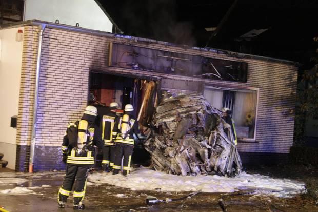 Nachrichten aus Deutschland - Das Wrack verbrannten Wagens in Höxter
