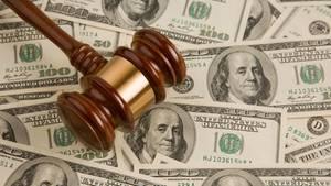 Ein Richter-Hammer liegt auf verstreuten US-Dollarnoten