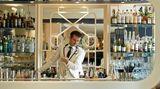 Platz 5: American Bar, London, Großbritannien  Die American Bar im Londoner Savoy steht schon seit mehr als 130 Jahren für exzellente Trinkkultur.Die Bartender tragen Hemden mit Manschettenknöpfen, die Drinks sind gekonnt in Szene gesetzt. Einen Punkt hebt die Jury aber besonders hervor, der in vielen Bars übersehen wird: die Musik. Die Klavierbegleitung sei hier ebenso essenziell wie die Cocktails. Dem ist sich das Bar-Team bewusst, weshalbman die Menükarte auf die Klaviermusik angepasst und auf Spotify eine eigene Playlist mit den Favoriten des leitenden Pianisten Jon Nickoll zusammengestellt hat.  Mehr Informationen finden Sie auf der Website.
