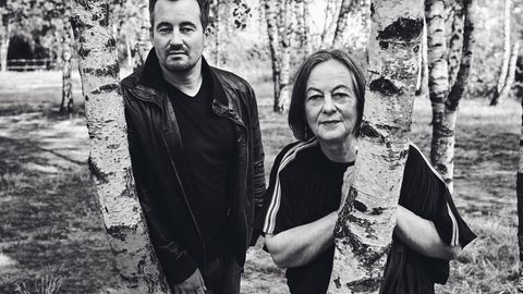 Christian und Heide Schwochow in einem Waldstück in Berlin