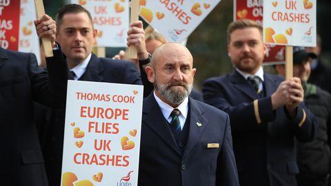 Ehemalige Mitarbeiter des insolvent gegangenen britischen Reisekonzerns Thomas Cook protestieren bei einer Kundgebung vor dem Kongresszentrum, in dem der Parteitag der britischen Konservativen stattfindet.