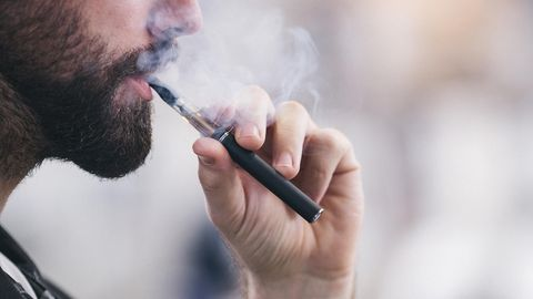 E-Zigarette USA: Ein junger Mann benutzt eine E-Zigarette