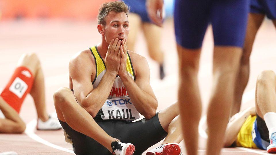 Niklas Kaul sitzt auf dem Boden und staunt über seinen WM-Titel