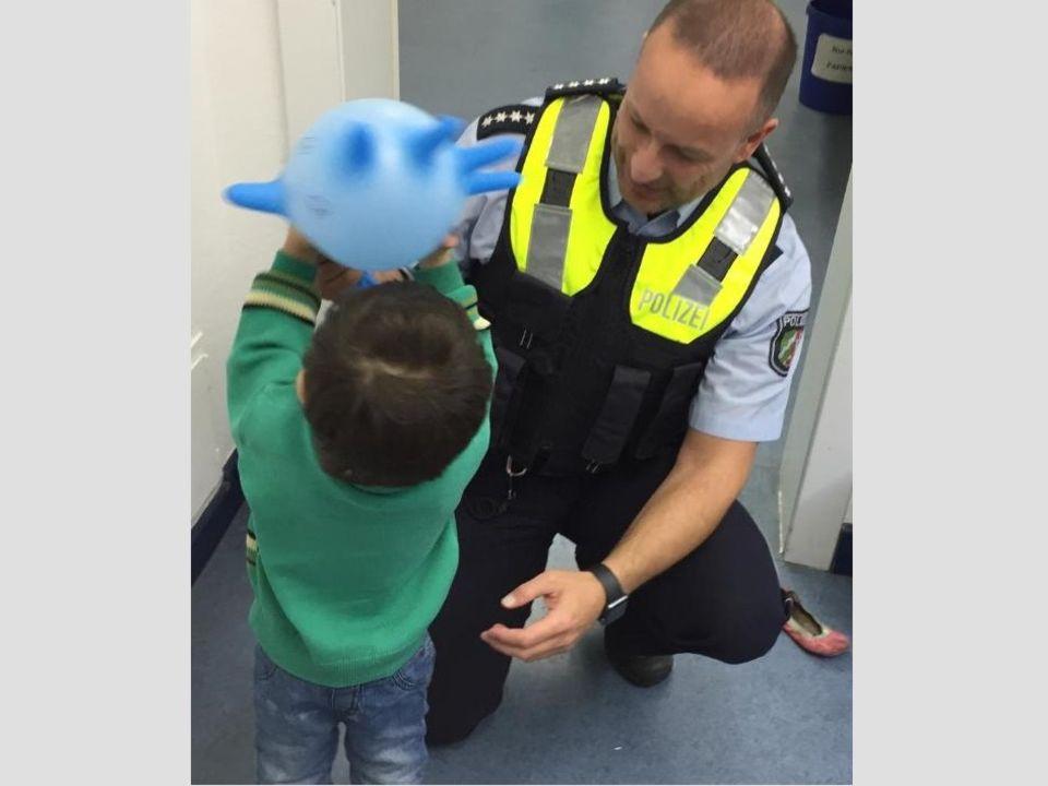 Nachrichten aus Deutschland - ein Polizist spielt mit dem kleinen Jungen