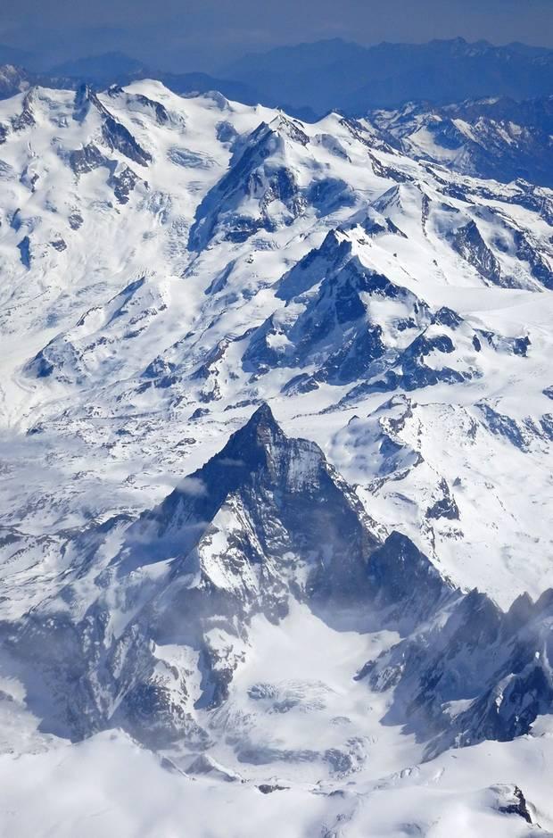 Im Vordergrund: Das 4478 Meter hohe Matterhorn mit der Westwand