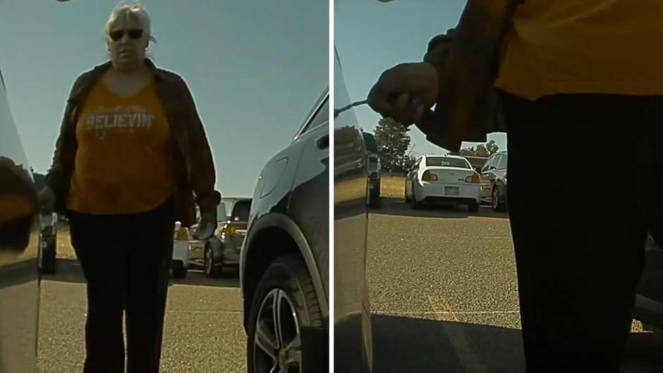 Die Frau zerkratzt den blauen Tesla mit einem Schlüssel.