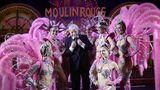 Der Enkel Jean-Jacques Clerico zwischen Damen im Jahre 2014: Sein Vater Jacki Clerico (1929-2013) leitete über fünf Jahrzehnte das Moulin Rouge, nachdem er 1962 die Führung von seinem Vater Joseph übernommen hatte.