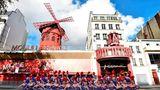 Posen für ein Jubiläumsfoto zum 130. Geburtstag: die langbeinigen Tänzerinnen des Moulin Rouge in Paris