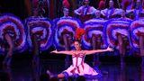 Am Ende der großen Show: Die Tänzerinnen werden mit Applaus überhäuft. Die Eintrittspreise zu den zwei täglichen Shows beginnen bei 109 Euro pro Person. Weitere Infos:www.moulinrouge.fr