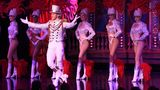 """Bei den zwei abendlichen Bühnen-Shows sind bis zu 20 Tänzer und 60 Tänzerinnen auf, die """"Doriss Girls""""."""