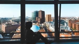 Frau blickt auf Stadt