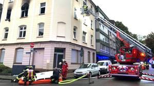 Einsatzkräfte der Feuerwehr sind vor einem Haus im Einsatz