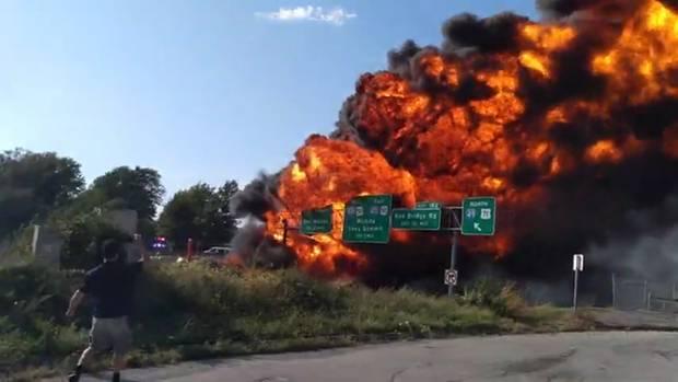 Nach einem Unfall bricht ein Tankwagen auf der Autobahn im US-Bundesstaat Kansas in Flammen aus.