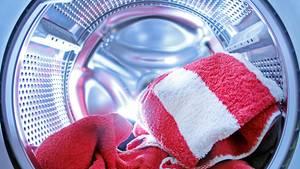 Die Wäsche duftet, kommt frisch und flauschig aus der Waschmaschine - und ist dennoch womöglich mit Keimen belastet.