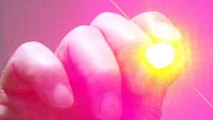 Eine Hand hält einen Laserpointer