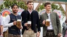 Die Maß fest im Griff: Serge Gnabry, Leon Goretzka und Benjamin Pavard (v.l.n.r) vom FC Bayern München besuchen die Wiesn
