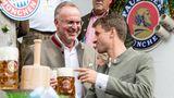 Am letzten Tag des Oktoberfests: Karl-Heinz Rummenigge, Vorstandschef vom FC Bayern, und Spieler Thomas Müller stoßen im Käferzelt an