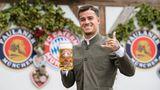 Der Brasilianer Philippe Coutinho vordem Käferzelt: Es gilt die Niederlage vom Vortage gegen Hoffenheim, das 1:2, zu verdauen
