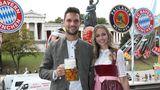 Wiesn-Besuch mit Begleitung: Der Goalkeeper Sven Ulreich mit seiner Frau Lis Ulreich