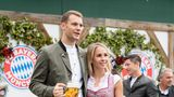Auch Torwart Manuel Neuer ist mit seinerFrau Nina Weiss in das Käferzelt auf der Theresienwiese gekommen. Prosit