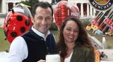 Die Maß fest im Griff: Sportdirektor des FC Bayern München, Hasan Salihamidzic, und seine Frau Esther Copado