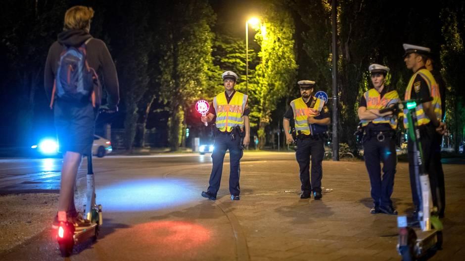 Halt, Stop, Polizei:254 E-Scooter-Fahrerverloren beiVerkehrskontrolle in München auf der Stelle ihren Führerschein.