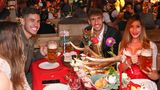 Im Käferzelt am Tisch: Lucas Hernandez und seine Frau Amelia Lorente mit Javi Martinez.
