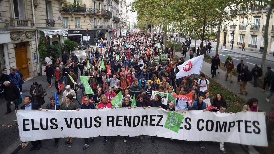 Tausende demonstrieren gegen künstliche Befruchtung für alle